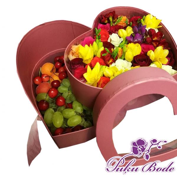 Ziedu kārbiņa Baudi Cena 79eur piezīmēs ziedu kārbiņa ir divas daļās apakšējā daļā augļi ,augšējā daļā ziedi ļoti daudz smaržīgās frēzijas, kopā ar skaistām rozītem.